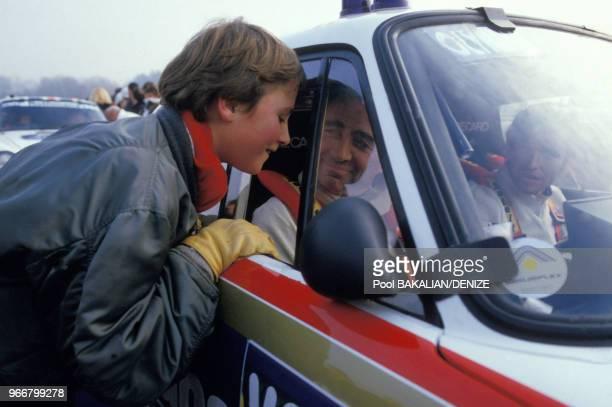 Claude Brasseur avec son fils Alexandre au prologue du rallye ParisDakar le 30 décembre 1984 à Versailles France