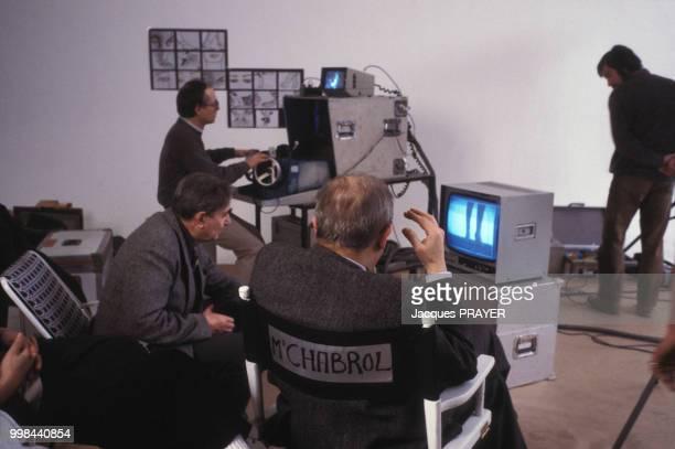 Claude Chabrol au côté du directeur de la photographie Henri Alekan sur le tournage d'un film publicitaire pour Dior le 4 février 1985 à Suresne...