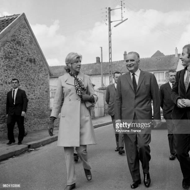 Claude et Georges Pompidou allant voter lors du référendum sur la régionalisation et la réforme du sénat à Orvilliers en France le 27 avril 1969