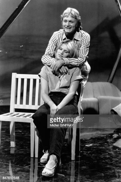 Claude Francois chante en duo avec sa fiancee Kathalyn a l'emisson de television 'Top a Sardou' le 2 juin 1977 a Paris France