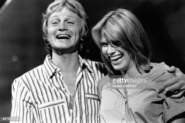 Claude Francois chante en duo avec sa fiancee Kathlyn a l'emisson de television 'Top a Sardou' le 2 juin 1977 a Paris France