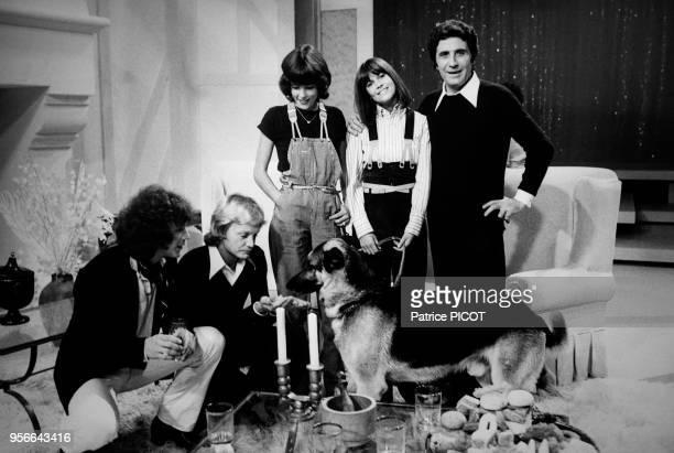 Claude François, Gérard Lenorman, Chantal Goya, Gilbert Bécaud et Caroline Lenorman lors d'un show télévisé à Paris en septembre 1977, France.