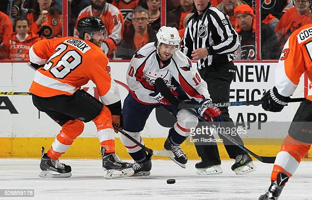 Claude Giroux of the Philadelphia Flyers battles for control of the puck on a faceoff against Mike Richards of the Washington Capitals in Game Six of...
