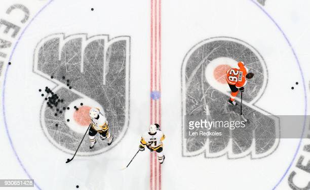 Claude Giroux of the Philadelphia Flyers warms up against Sidney Crosby and Evgeni Malkin of the Pittsburgh Penguins on March 7 2018 at the Wells...