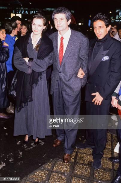 Claude Lelouch avec sa femme Marie-Sophie Lelouch et Richard Anconina à la 1ère du film 'Itinéraire d'un enfant gâté' à Paris le 29 novembre 1988,...