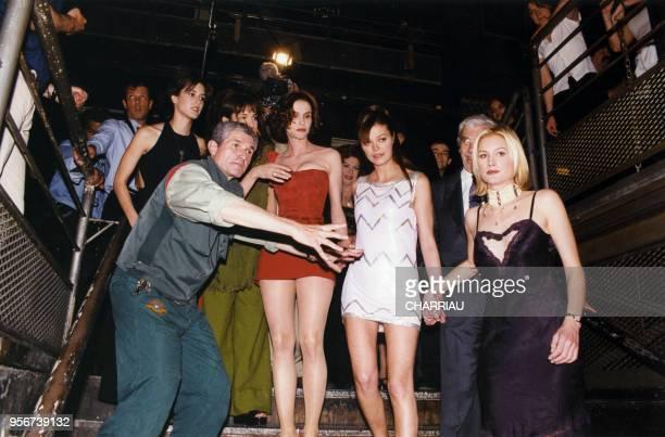 Claude Lelouch et ses actrices Anne Parillaud Marianne Denicourt Alessandra martines Alice Evans et Olivia Bonamy sur le tournage de 'Une pour toutes...