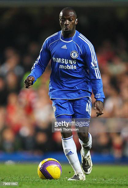 Claude Makelele of Chelsea runs with the ball during the Barclays Premier League match between Chelsea v Liverpool at Stamford Bridge on February 10...