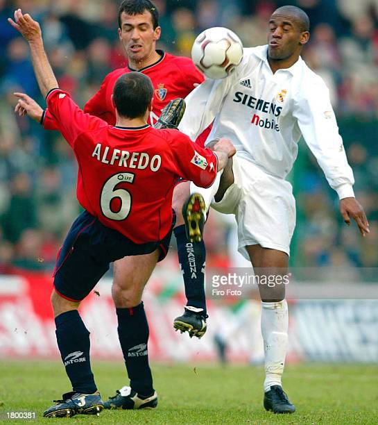 Claude Makelele of Real Madrid gets between the Osasuna defence during the La Liga match between Osasuna and Real Madrid played at the El Sadar...
