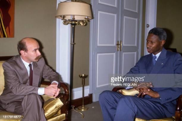 Claude Malhuret, Secrétaire d'État auprès du Premier ministre, chargé des Droits de l'homme discute avec Abdou Diouf, Président de la République du...