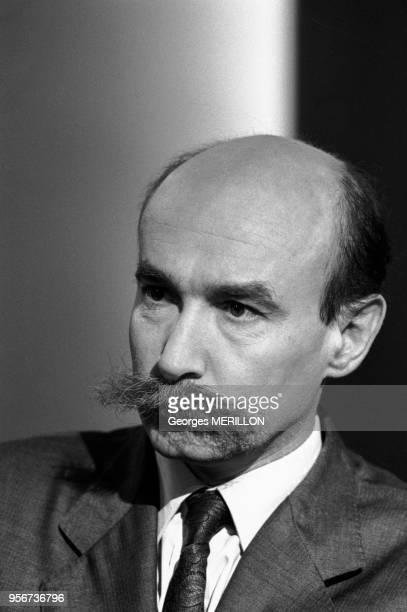 Claude Malhuret, secrétaire détat aux droits de l'homme, lors d'unne émission des 'Dossiers de l'écran' sur Antenne 2 à Paris le 3 novembre 1987,...