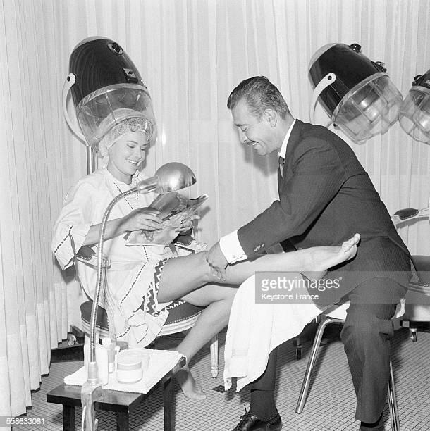 Claude Maxime coiffeur a la mode vient de mettre ses salons de l'avenue Kleber a l'heure de la nouvelle mode lancee recemment par Courreges puisque...