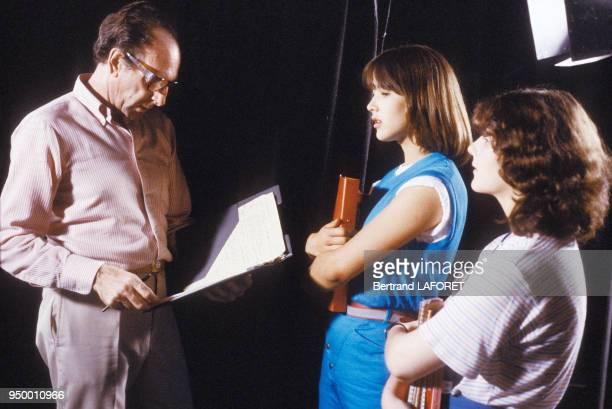 Claude Pinoteau avec Sophie Marceau et Sheila O'Connor sur le tournage de 'La Boum II' en juillet 1982 France