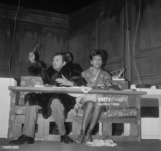 Claude Piéplu et Maria Pacôme sur scène dans la pièce 'Les Grosses têtes' au théâtre de l'Athénée le 11 septembre 1969 à Paris France