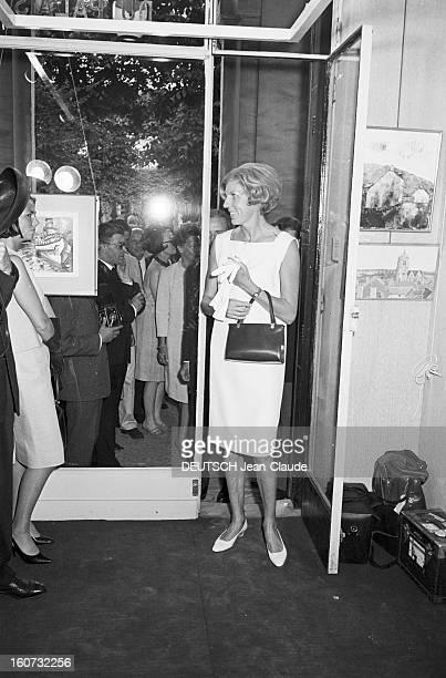 Claude Pompidou At An Exhibition Of Paintings. 8 juin 1966- Portrait de Claude POMPIDOU lors d'une exposition de peinture, entrant dans la galerie en...