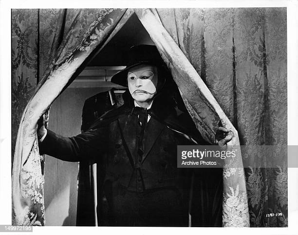 Claude Rains opening curtain in a scene from the film 'Phantom Of The Opera' 1943