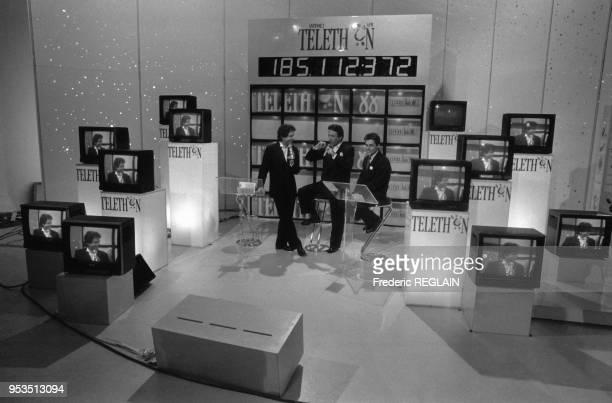 Claude Sérillon Michel Drucker et Gérard Holtz présentent le Téléthon le 4 décembre 1988 à Paris France