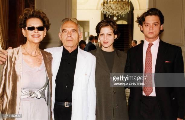Claudia Cardinale accompagnée de son mari et de sa fille au Palais de l'Elysée le 22 juin 1999 à Paris France