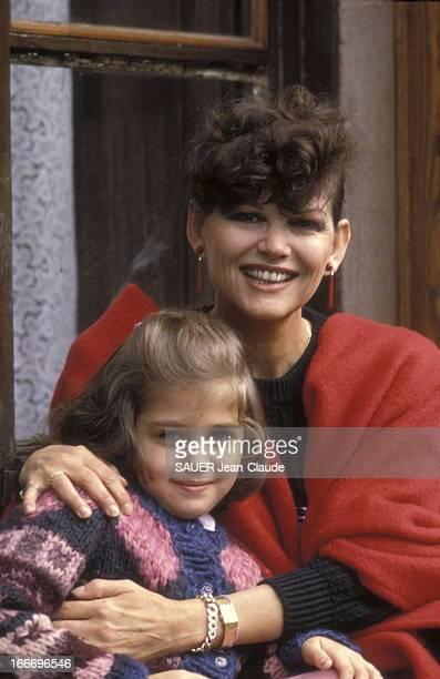Claudia Cardinale And Daughter Claudia At Home In Italy. Claudia CARDINALE et sa fille Claudia SQUITIERI, 5 ans et demi, chez elles à la villa Santa...
