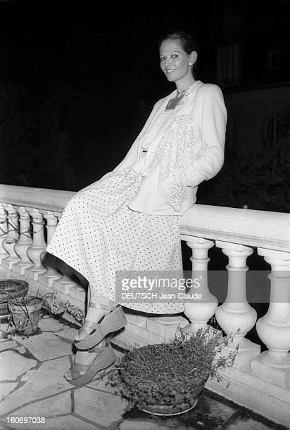 Claudia Cardinale And Pasquale Squitieri Visiting Paris To Present Their Film 'L'affaire Mori'. Claudia CARDINALE à Paris, avril 1978 : assise sur le...