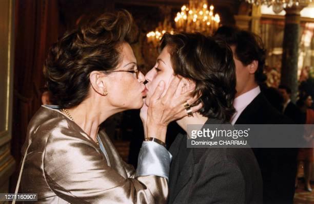 Claudia Cardinale embrassant sa fille le 22 juin 1999 à Paris, France.