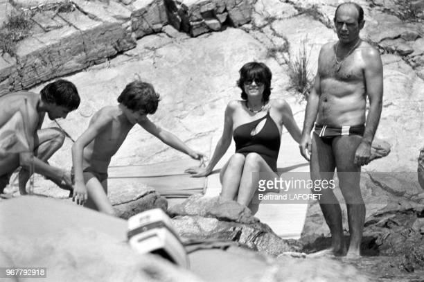 Claudia Cardinale en vacances avec son compagnon Pasquale Squitieri et les 2 fils de celui-ci en Sardaigne le 28 juin 1979, Italie.