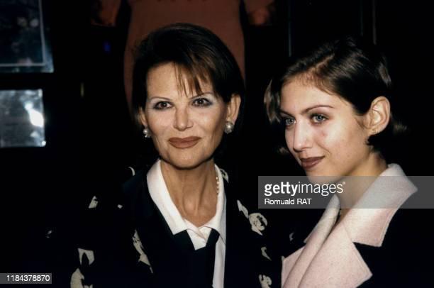 Claudia Cardinale et sa fille Claudia Squitieri photographiées à la première du film 'Riches, belles, etc' à Paris, France le 19 janvier 1998.