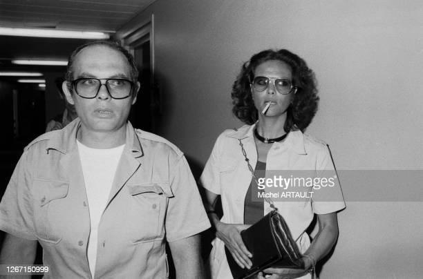 Claudia Cardinale et son compagnon le réalisateur italien Pasquale Squitieri dans les couloirs de la Maison de la Radio à Paris le 23 juin 1976 France