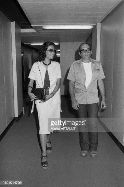 Claudia Cardinale et son compagnon le réalisateur italien Pasquale Squitieri dans les couloirs de la Maison de la Radio à Paris le 23 juin 1976,...