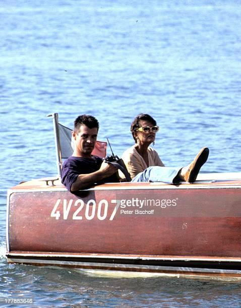 Claudia Cardinale Oliver Tobias ZDFSerie Flash Der Fotoreporter Italien Europa Boot Wasser Sonnenbrille Flagge Diva FilmStar Schauspieler...