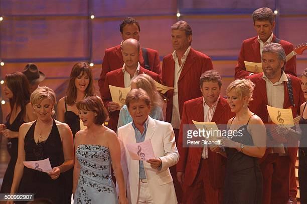 Claudia Jung Gaby Albrecht GG Anderson dahinter Nicole ChorSängerinnen Sänger Musiker Schlussbild zur ZDFShow 'Willkommen bei C a r m e n N e b e l'...