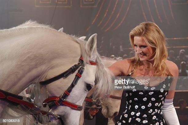 Claudia Kleinert mit einer PferdeDressur ARDBenefizZirkusGala Stars in der Manege München Bayern Deutschland Europa Circus Krone Manege Auftritt...