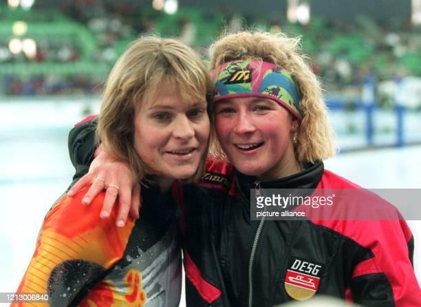 Claudia Pechstein aus Berlin legt nach ihrem Sieg über 5000 Meter am den Arm um Gunda Niemann die große Favoritin aus Erfurt die Silber geholt hatte...
