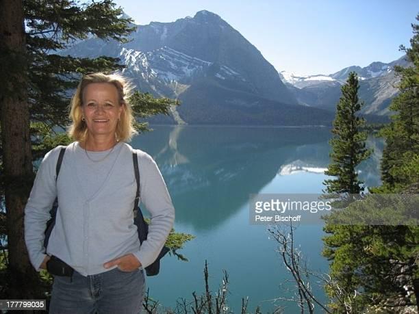 """Claudia Rieschel, am Rande der Dreharbeiten zur ZDF-Reihe """"Im Tal der wilden Rosen"""", Folge 3: """"Gipfel der Liebe"""", Alberta, Kanada, Nordamerika, See,..."""