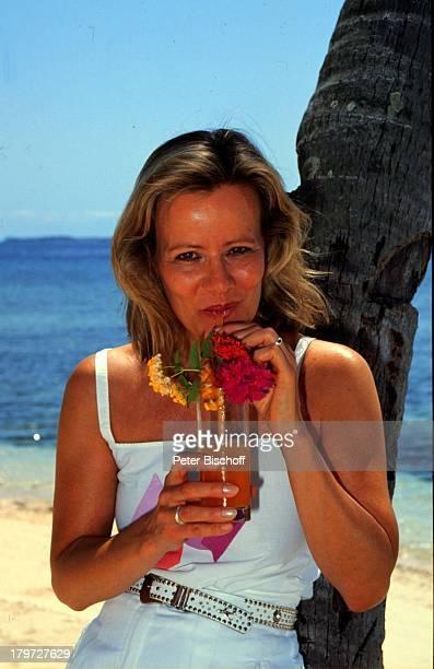 Claudia Rieschel, Porträt, geb.:30. November 1950, Sternzeichen: Schütze, Urlaub, Wasser, Strand, Meer, Glas, Getränk, trinken, Ring, Schmuck,...