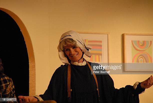 Claudia Rieschel TheaterStück in anderen Umständen Bremen Deutschland Bühne Auftritt Nonne Buch Haube Verkleidung Perücke Schauspielerin DIG