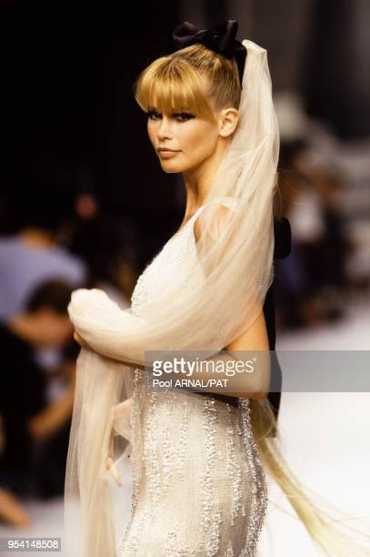 a6c3571bfba Claudia Schiffer au défilé Chanel HauteCouture collection AutomneHiver  199596 à Paris en juillet 1995 France
