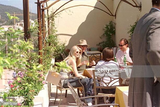 Claudia Schiffer Boris Becker Namefolgt ProminentenGolf Campde Mar/Mallorca/Spanien Golfplatz 'Golfde Andratx' Terrasse SonnenhutRestaurant