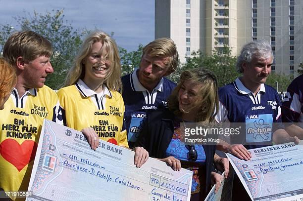 Claudia Schiffer Boris Becker Und Rudi Völler Bei Scheckübergabe Am Rande Des Benefiz Fussballspiels 'Kick For Kids' Auf Mallorca