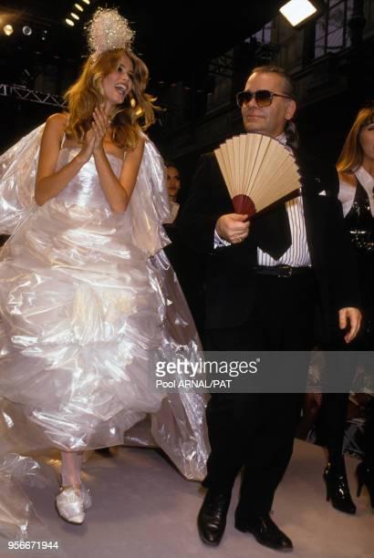 Claudia Schiffer et Karl Lagerfeld lors du défilé de Hautecouture Chanel hiver 1991 en juillet 1991 à Paris France