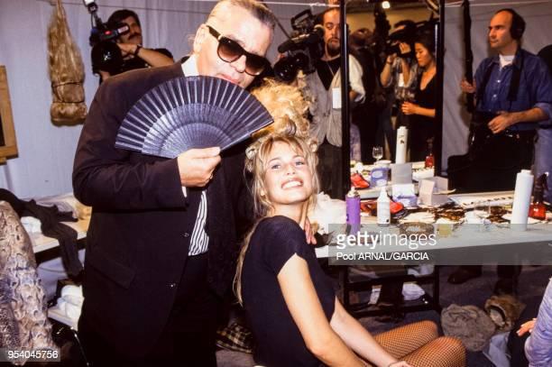 Claudia Schiffer et Karl Lagerfeld lors du défilé du couturier PrêtàPorter collection été 1994 à Paris en octobre 1993 France
