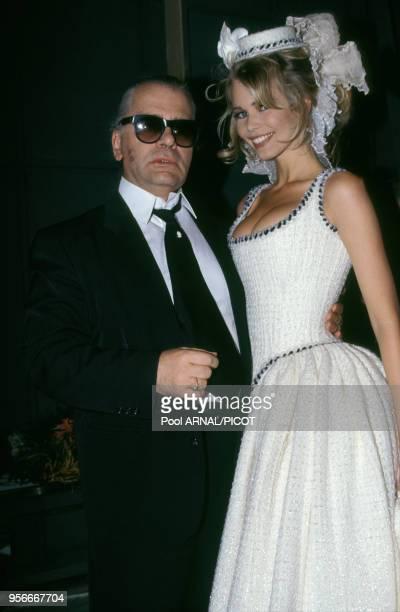 Claudia Schiffer et Karl Lagerfeld lors du défilé haute couture de Chanel en juillet 1992 à Paris France