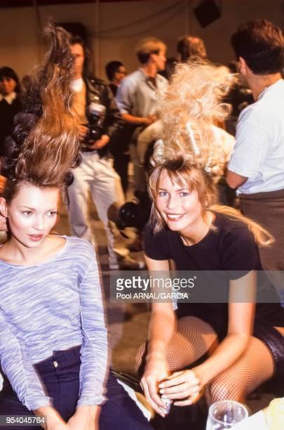 Claudia Schiffer et Kate Moss lors du défilé de Karl Lagerfeld PrêtàPorter collection été 1994 à Paris en octobre 1993 France