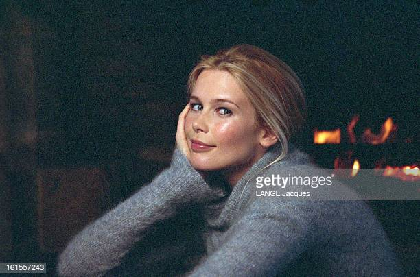 Claudia Schiffer In Courchevel For The Shooting Of A Commercial For Citroen Avril 1999 à CORCHEVEL en FRANCE Claudia SCHIFFER de troisquarts la main...