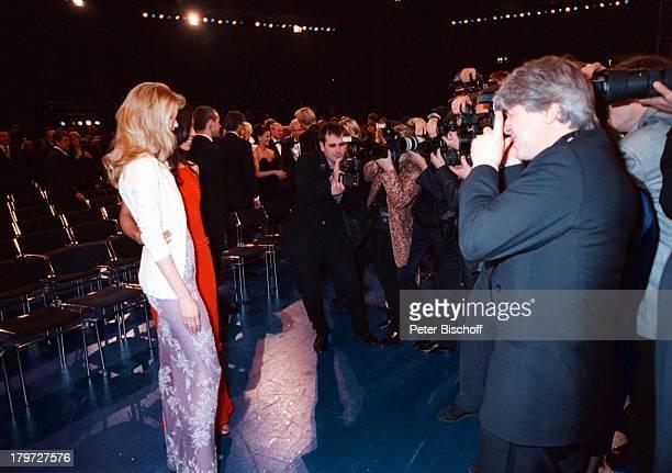Claudia Schiffer und Barbara Becker mit Fotografen beider SAT 1UnicefGalaShow ATP Nachtder Stars in Hannover