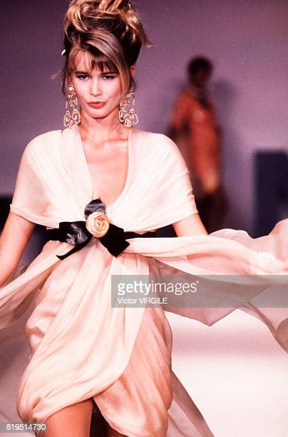 Claudia Schiffer walks the runway at the Chanel Haute Couture Spring/Summer 19891990 fashion show during the Paris Fashion Week in January 1989 in...