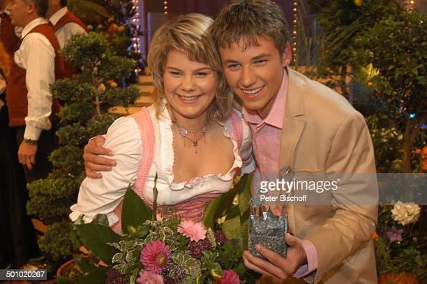 """Claudia und Alexx , ZDF-Musikshow """"Grand Prix der Volksmusik"""" 2006, München, Deutschland, , P.-Nr. 1123/2006, Bühne, Schlussbild, Preis, Trophäe,..."""