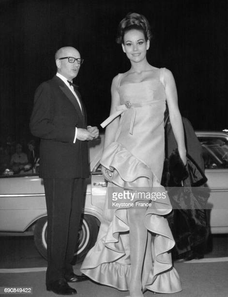 Claudine Auger arrivant au Palais des Festivals pour la projection du film 'Les Cendres' de A Wajda à Cannes France en mai 1967