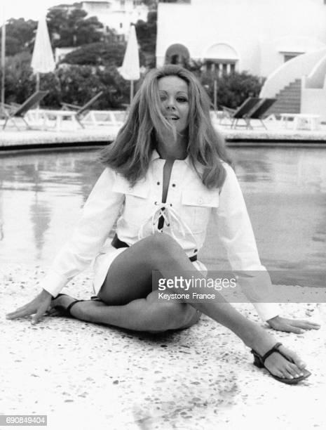 Claudine Auger photographiée au bord de la piscine à Capri Italie le 12 septembre 1969