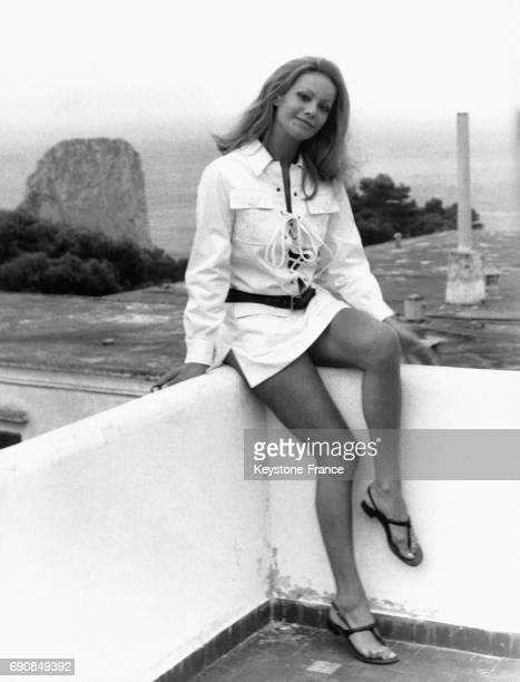 Claudine Auger photographiée sur un muret surplombant la mer à Capri Italie le 12 septembre 1969