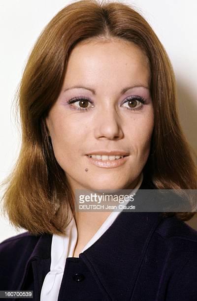 Claudine Auger Poses In Studio En novembre 1971 l'actrice Claudine AUGER pose en studio souriante vêtue d'une veste bleu marine